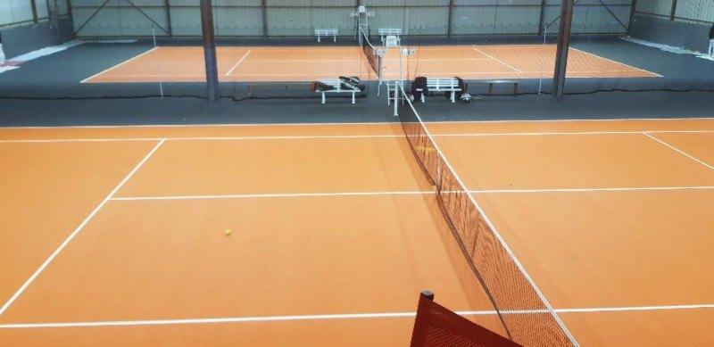 Entourage de courts de tennis repeint