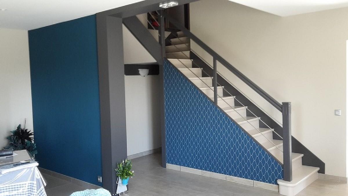Peinture satinée sur escalier et murs + tapisserie
